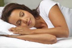 здоровый сон облегчает состояние при болях в груди