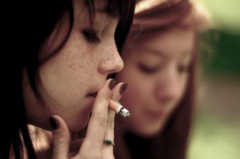 курение - одна из причин роста гнойной кисты